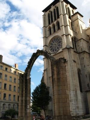 vieux lyon arche cathedrale